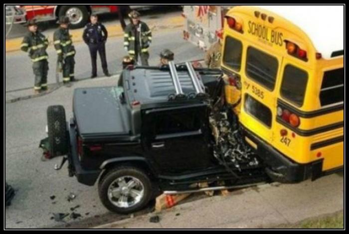 Вицове: Хамър срещу автобус!