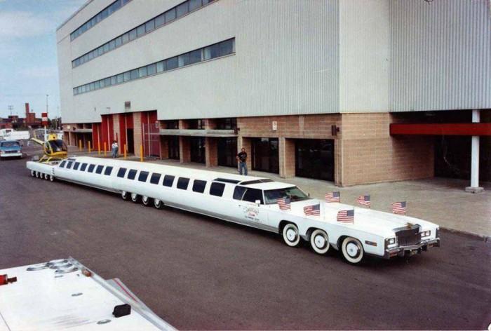 """Вицове:  Най-дългата кола според """"Гинес"""" разполага с два двигателя, басейн с трамплин и петметрова площадка за хеликоптер"""