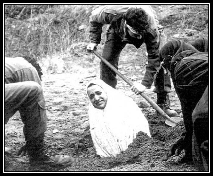 Вицове: Иранските жени са погребани до кръста в земята пред убиването с камъни за прелюбодейство.